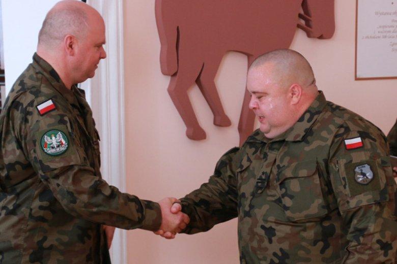 Nowy dowódca 14. Suwalskiego Dywizjonu Artylerii Przeciwpancernej ppłk Krzysztof Świderski to ten po prawej.