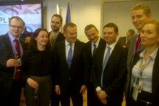 """Donald Tusk z członkami delegacji, którzy """"w cieniu"""" dokonywali wszelkich wysiłków, by zrealizować Polski cel w negocjacjach. Ignacy Niemczycki trzeci od lewej"""
