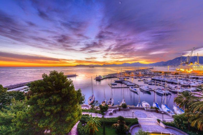Taki wschód słońca wita żeglarzy każdego ranka w porcie w Palermo.
