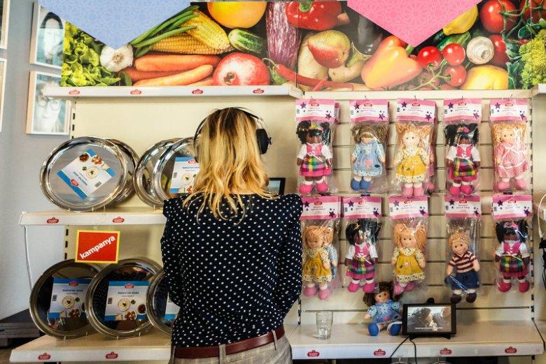 W ramach kampanii ''Zwyczajnie Nadzwyczajny Sklep'' w europejskich miastach otwierane są sklepy przybliżające niezwykłe historie uchodźców. Dostępne w nich produkty uświadamiają, w jaki sposób zwykłe zakupy przywracają tym ludziom godność