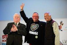 Owsiak odebrał już nagrodę od laureatów Pokojowej Nagrody Nobla. Na zdjęciu podczas otwarcia XIII Swiatowego Szczytu Laureatow z Lechem Wałęsą i Muhammadem Yunusem.