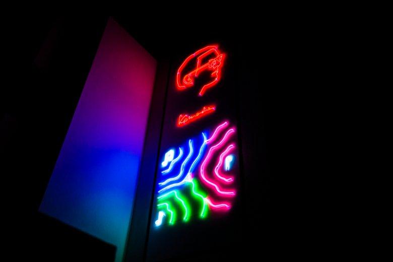 """Neon """"Komedy"""" na osiedlu Artystyczny Żoliborz"""