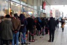 Tak było przed sklepem H&M w Warszawie, gdy sprzedawano kolekcję markowych ubrań. Teraz kolejka czeka online.