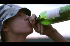Urząd Miasta Ełk pokazał spot, który ma zniechęcać młodzież do picia alkoholu. Przekaz jest toporny, a akcja - mamy środek zimy - dzieje się latem.