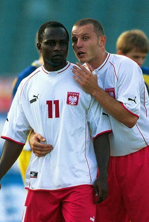 Emmanuel Olisadebe i Tomasz Kłos podczas meczu Polska – Ukraina w Chorzowie w 2001 roku.