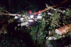 Strażacy w nocy próbowali walczyć ze skutkami silnego wiatru.