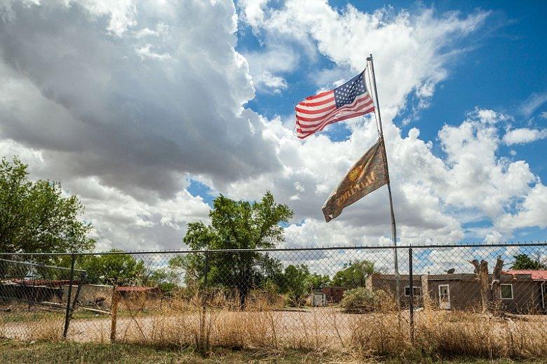 """Powieść """"Nigdzie indziej"""", której autorem jest Tommy Orange, to wielopokoleniowa opowieść o przemocy i regeneracji, pamięci i tożsamości, jak również pięknie i rozpaczy, które wplecione są w dzieje Indian – rdzennych mieszkańców Ameryki"""