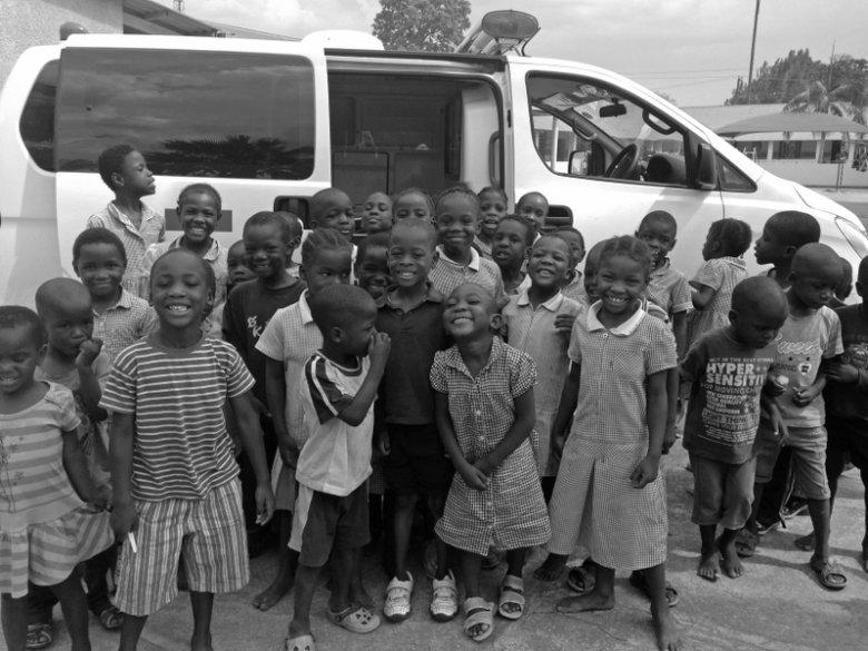 Podopieczni Kasisi przed nowym ambulansem. 115 tys. na jego zakup fundacji udało się zebrać w ciągu dwóch miesięcy.