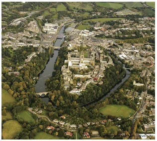 Zdjęcie z lotu ptaka odzwierciedla zabudowę miasta. Katedra oraz zamek mieszczą się na wzgórzu i są koncentycznie otoczone przez najstarsze Bailey Colleges. Nowsze Hill Colleges oraz pozosałe budynki uczelni są rozmieszczone po drugiej stronie rzeki Wear.
