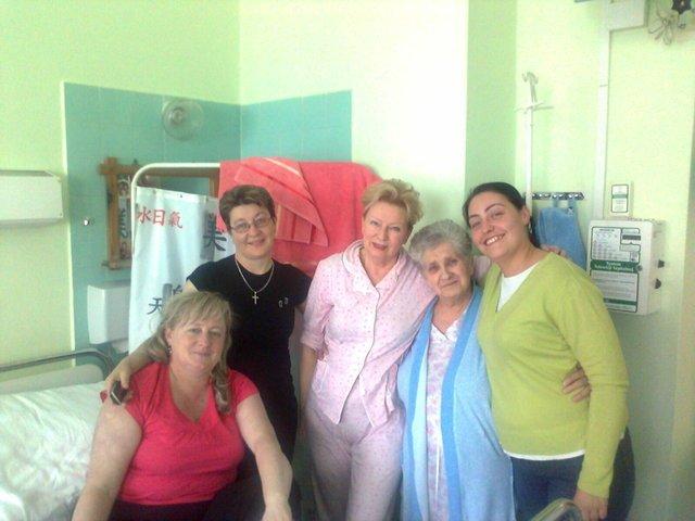 Krystyna Kofta z pozdrowieniami z sześcioosobowej sali w szpitalu / rok 2012