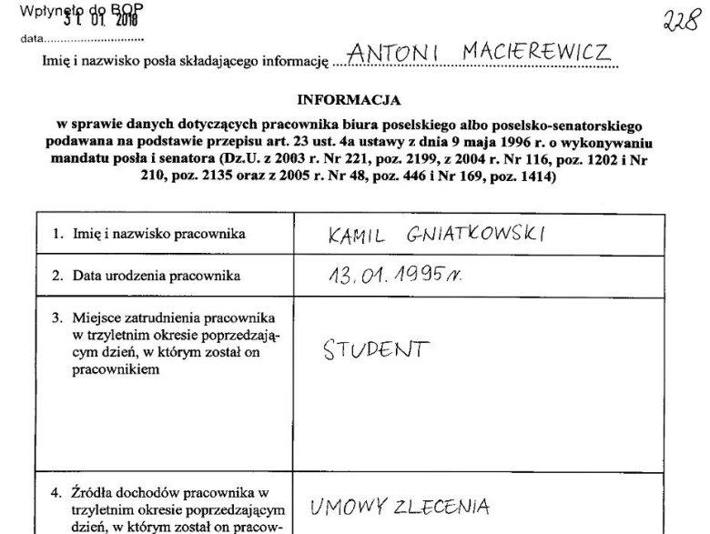 Gniatkowski zatrudniony jest w biurze poselskim Antoniego Macierewicza na podstawie umowy zlecenia.