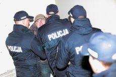 Policjanci siłą usuwają kontrmanifestantów, którzy sprzeciwiają się polityce smoleńskiej PiS pod Pałacem Prezydenckim (10 maja 2017).