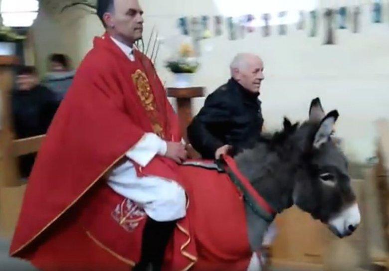 Ksiądz w Niedzielę Palmową wjechał na osiołku do kościoła.