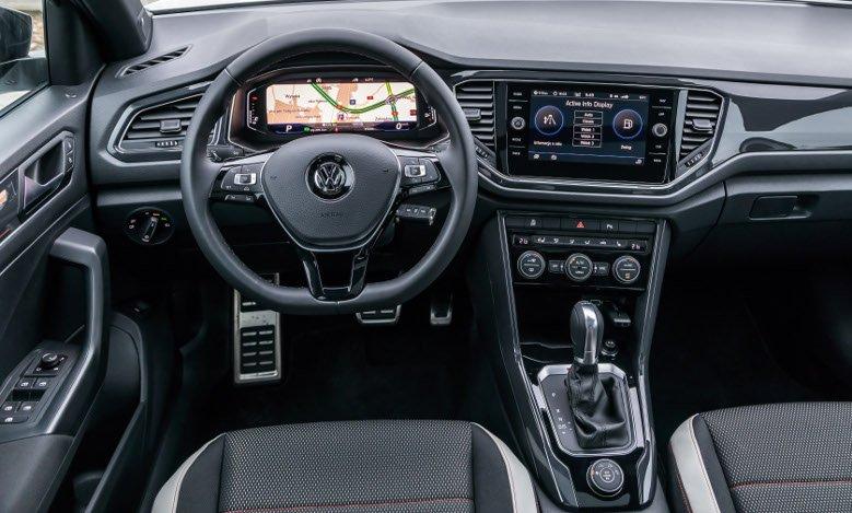 Wnętrze T-Roca jest niemal kopią tego z VW Golfa. Prosto, egonomicznie i czytelnie.