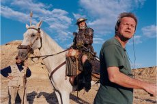 """Jean Rochefort jako Don Kichot i Terry Gilliam na planie """"Człowieka, który zabił Don Kichota"""""""