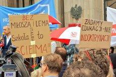 Rodzice i nauczyciele protestują przed Ministerstwem Edukacji Narodowej