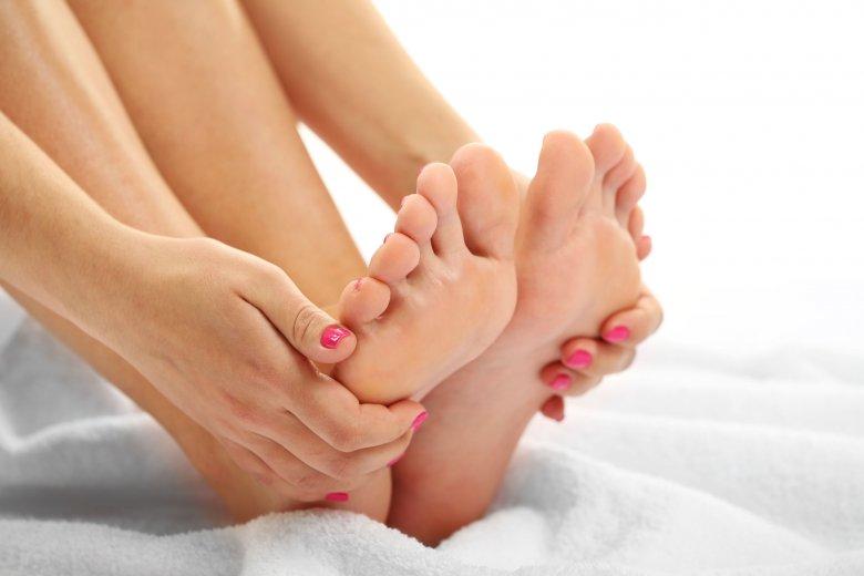 Zanim zabierzecie się za ścieranie martwego naskórka i usuwanie zrogowaceń dobrze wymoczcie stopy w wodzie z solą.