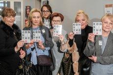 """Sąd Okręgowy w Poznaniu uniewinnił dziś kobiety, które trzymały transparent z napisem """"Jesteśmy wkur...""""."""