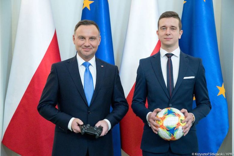 Andrzej Duda zaangażował się w promowanie e-sportu. Powołał drużynę narodową w wirtualnej piłce nożnej.