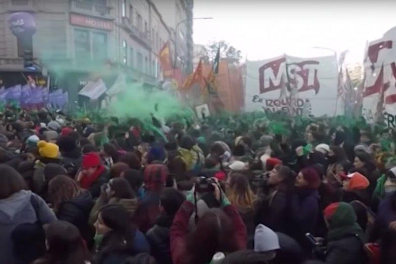 Tak na ulicach Buenos Aires świętowali zwolennicy aborcji.