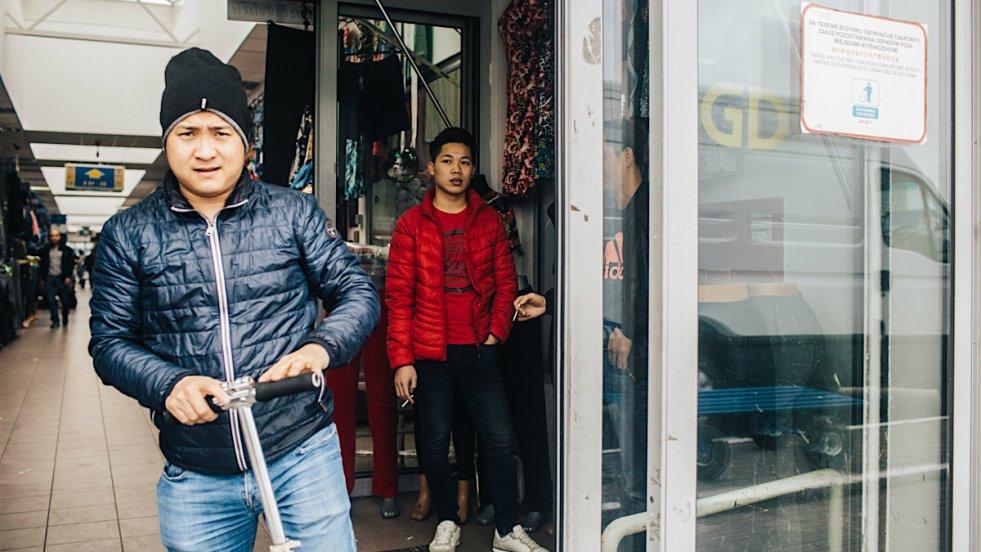 Pracownicy hal w Wólce Kosowskiej po terenie centrum przemieszczają się na hulajnogach.