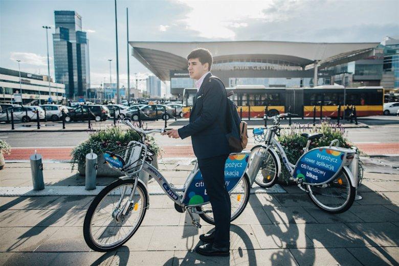Olek rowerem miejskim dojeżdża do pracy - w garniturze