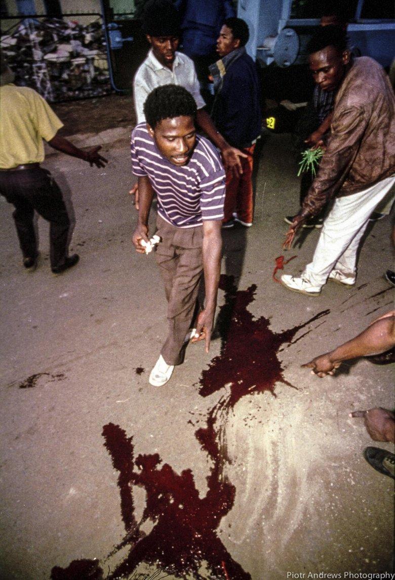 Mieszkańcy Takozy pokazują na krew na ulicy tuż po strzelaninie pomiędzy ANC i IFP.