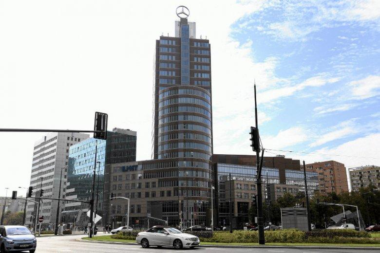 """Ten """"budyneczek"""" jest za niski, aby stać w centrum miasta. Mimo, ż powstał dopiero w 1997 roku - zostanie zrównany z ziemią."""