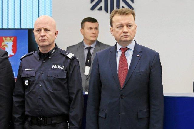 """Minister Błaszczak nie jest już zadowolony z komendanta policji, Jarosława Szymczyka? Szef funkcjonariuszy podobno nie jest entuzjastą pomysłów o """"dekomunizacji"""" i """"dezubekizacji"""" policji. Decyzja w sprawie losów komendanta zapaść ma w tym tygodniu."""