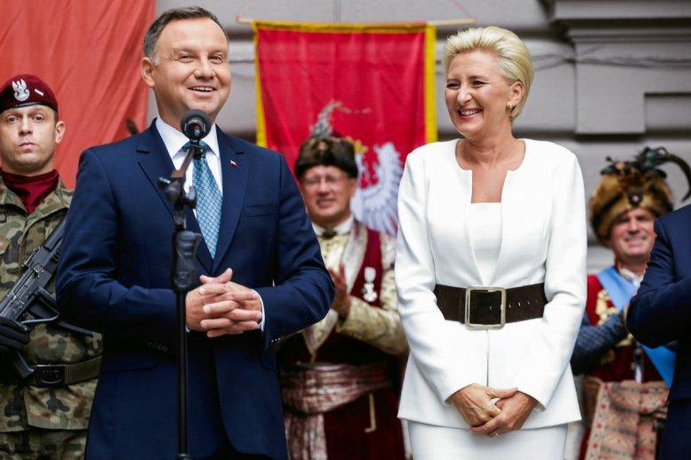 Nauczyciele z II LO im. Jana III Sobieskiego napisali list do Agaty Dudy. Prezydentowa pracowała tam jako nauczycielka, a Andrzej Duda uczęszczał jako uczeń. Na zdj. para prezydencka na terenie placówki.