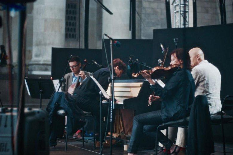 Co niedzielę na leżakach ustawionych na Placu Defilad z inicjatywy Baru Studio można posłuchać koncertów muzyki klasycznej i podziwiać Marcina Maseckiego w akcji.
