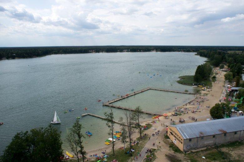 23-latek skoczył z pomostu na główkę. Wypadek zdarzył się nad Jeziorem Białym, na niestrzeżonym kąpielisku.