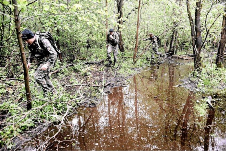 Bieg z pełnym ekwipunkiem to część przygotowania fizycznego wszystkich żołnierzy, niezależnie od jednostki.