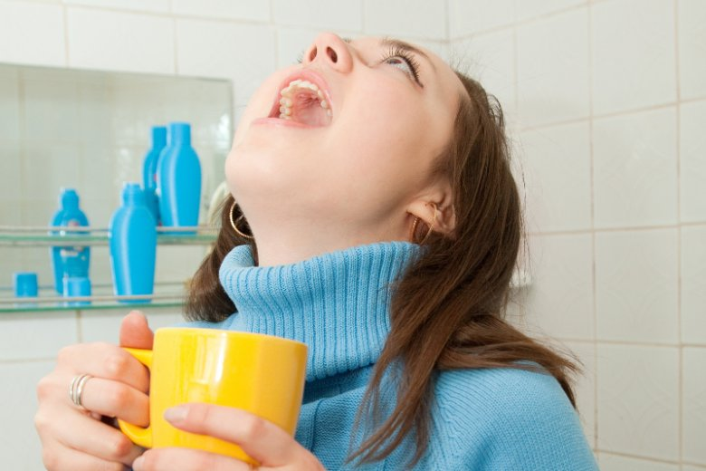 Płukanie gardła sodą może wywołać co najwyżej torsje.