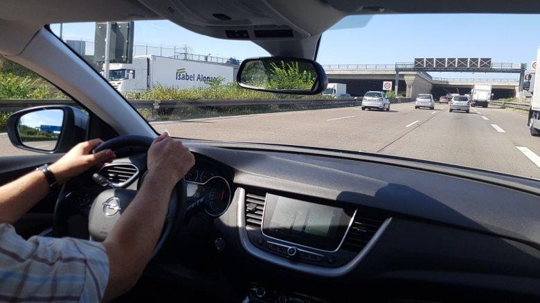 Grandland X z dwulitrowym dieslem całkiem sprawnie radzi sobie na autostradzie.