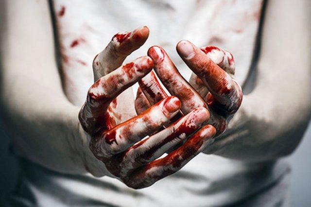 Choć to ojciec mojej rozmówczyni był wieloletnim sprawcą przemocy domowej, ostatecznie zmusił córkę, by ona miała jego krew na rękach.