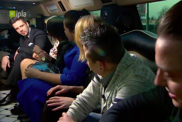Podekscytowani uczestnicy w limuzynie.