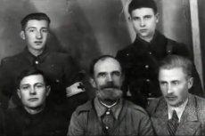 Dowództwo samoobrony Przebraża. Komendant Cybulski w dolnym rzędzie, pierwszy z prawej.