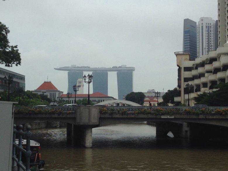 W tle słynny budynek Marina Bay Sands. Singapur.