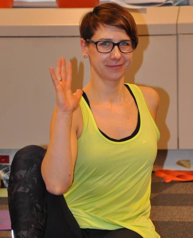 Relaks polega między innymi na tym, żeby w świadomy sposób docierać do swojego ciała i rozluźniać poszczególne obszary. Kontrolowanie oddechu, akcji serca to forma medytacji, tym również zajmujemy się na zajęciach jogi – tłumaczy Małgorzata Baranowska