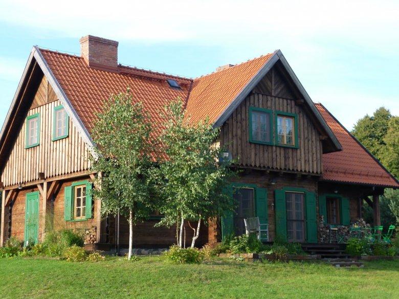 Dom z zielonymi okiennicami - na wzór tych z pobliskiej wsi Wojnowo.
