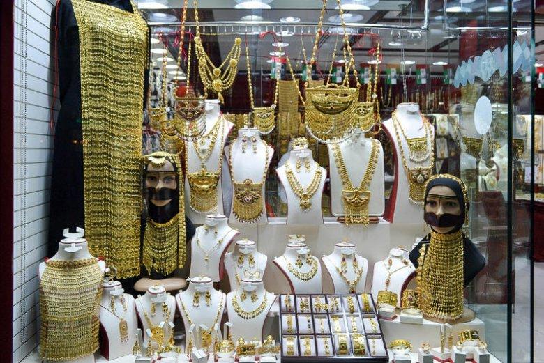 """Emiratki to """"sroki"""". Złoto pasuje do ich migdałowych oczu i oliwkowej karnacji."""