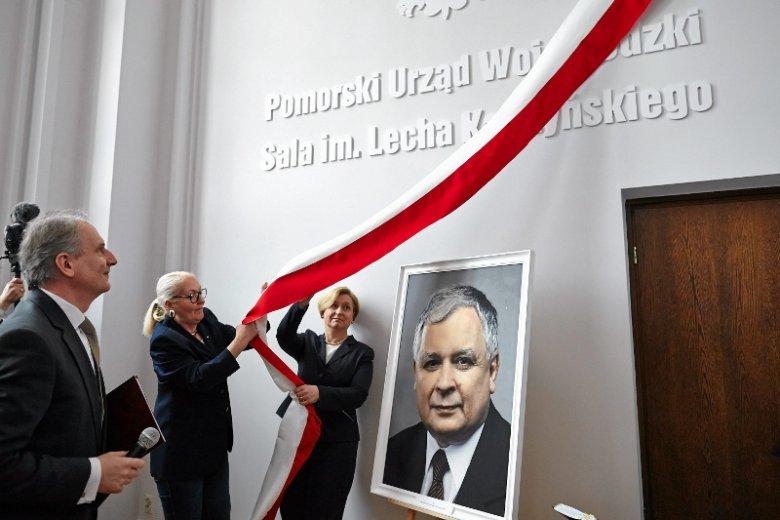 Wojewoda Dariusz Drelich oraz Anna Fotyga i Hanna Foltyn - Kubicka podczas otwarcia sali im. Lecha Kaczyńskiego w Urzędzie Wojewódzkim w Gdańsku.
