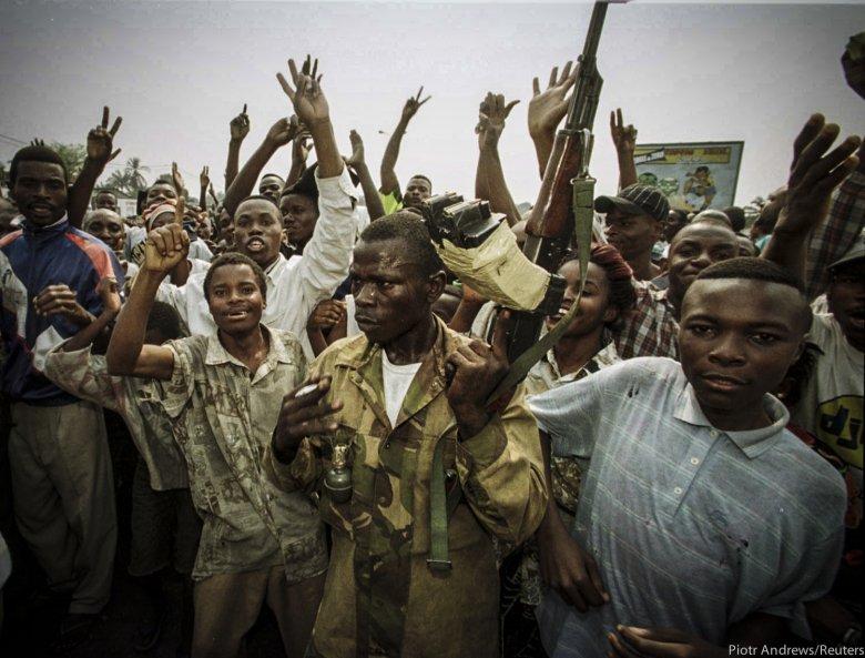 Tłum zwolenników Kabili niedaleko lotniska w Kinszasie