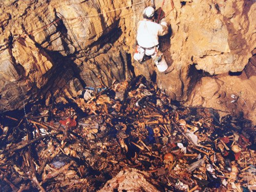 Ekshumacja masowego grobu w jaskini Hrastova Glavica