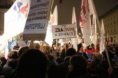 Rodzice i nauczyciele protestują pod Pałacem Prezydenckim.