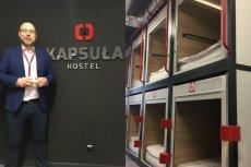 Hostel Kapsuła prowadzi Adam Wawrzyński, koszt noclegu w takim miejscu to 69 złotych za dobę.