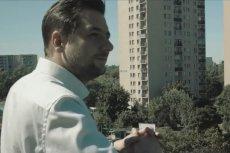 Patryk Jaki stanął na balkonie na strzeżonym luksusowym osiedlu. A chciał pozować na chłopaka spod bloku.