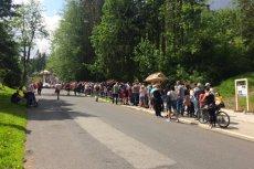 Słynna już kolejka do wjazdu na Kasprowy Wierch to pikuś. Turyści ustawiają się gęsiego nawet na wysokogórskich szlakach.