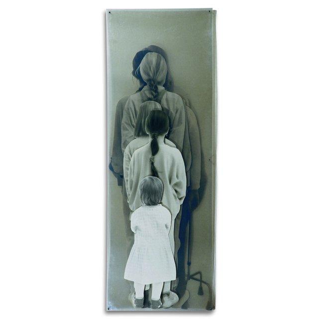 """ZUZANNA JANIN """"IDŹ ZA MNĄ. ZMIEŃMNIE. JUŻ CZAS / FOLLOW MY. CHANGE ME. IT'S TIME"""". 1995-1997, 8 fotografii laminowanych / 8 laminated photographs ; 200 x 70 x 10 cm"""